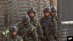 韩国士兵在与朝鲜分界线附近的铁丝网前巡逻