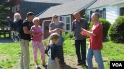 Dejl Zelko (desno) i Zoltan Dani (drugi s desna) sa porodicama ispred Dejlove kuće u Nju Hempširu