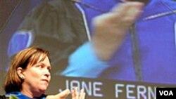 Salah seorang pengajar pada Universitas Gallaudet menggunakan bahasa isyarat pada acara penerimaan mahasasiwa baru di universitas itu.