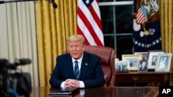 Presidenti Trump duke iu drejtuar kombit