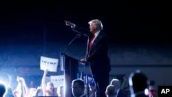 共和黨總統候選人川普在佛州德通納海灘的一個市民會議上發表講話(2016年8月3日)