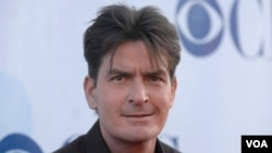 """Sheen llegó con su novia, a quien llama """"diosa"""", la corte de Los Angeles. En Washigton aseguró que volverá a la popular serie Two and a Half Man, aunque los estudios Warner dicen no haber hablado del tema con el actor."""