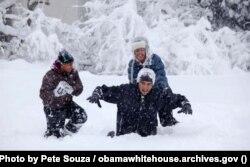 Presiden Barack Obama bermain salju bersama kedua putrinya, Sasha dan Malia.