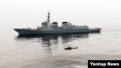 한국과 미국 해군이 제주 동방 해상에서 지난달 30일부터 오는 3일까지 최대 규모의 연합 대잠수함전 훈련을 한다고 해군이 1일 밝혔다. 사진은 이지스구축함 서애류성룡함이 탑재하고 있는 링스 해상작전헬기가 디핑소나를 내려 적 잠수함의 위치를 탐지하고 있는 모습