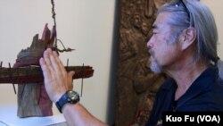 日裔美國藝術家北村和他的擋坦克青年作品(美國之音國符拍攝)