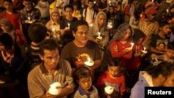 31일 인도네시아 수라바야에서 실종여객기 희생자들을 애도하는 촛불 집회가 열렸다.