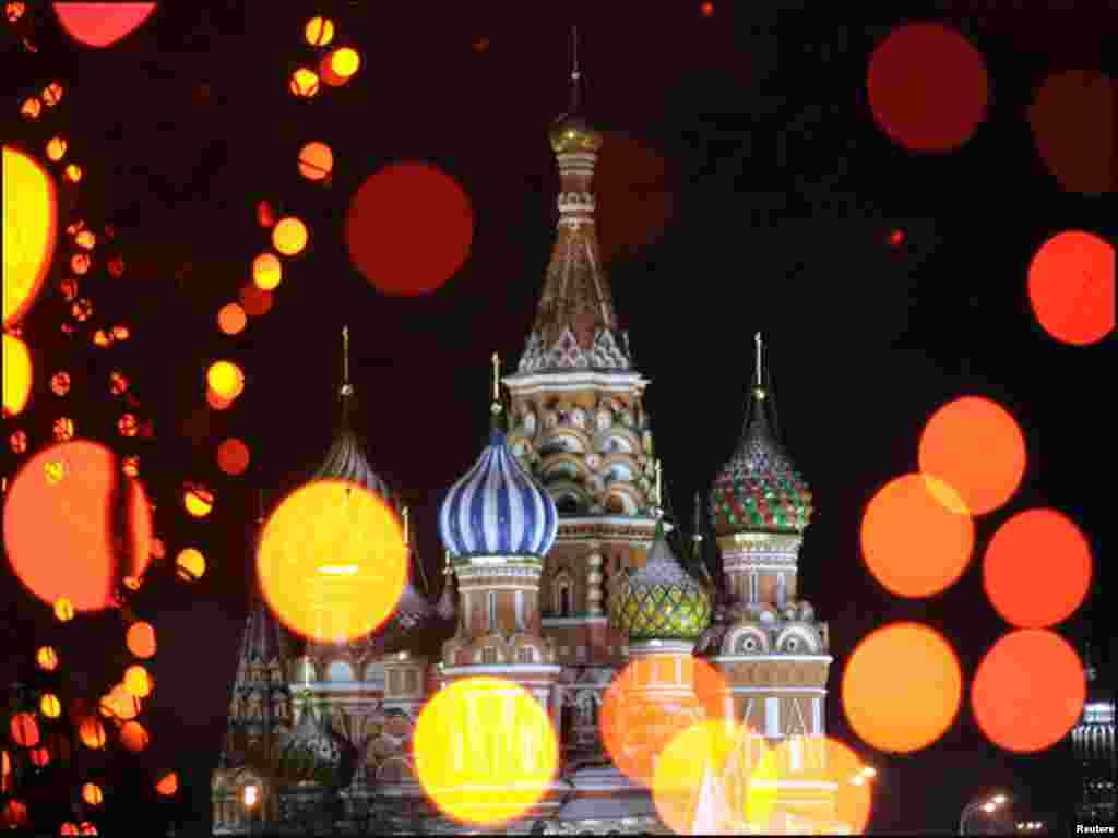 روس کے شہر ماسکو کے ریڈ اسکوائر پر سال نو اور کرسمس کے موقع پر آتشبازی۔