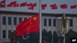 중국 베이징 톈안먼 광장에 국기가 걸려있다. (자료사진)