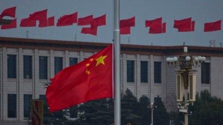 中国武警降下天安门广场的国旗。 (资料照片)