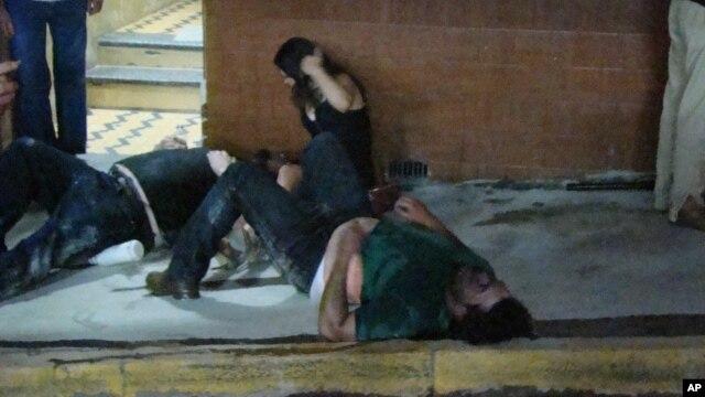 Người bị thương nằm trên mặt đất bên ngoài vũ trường Kiss tại thành phố Santa Maria, ngày 27/1/2013.