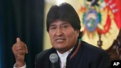 ប្រធានាធិបតីបូលីវី Evo Morales ថ្លែងក្នុងសន្និសីទសារព័ត៌មានមួយនៅវិមានរដ្ឋាភិបាលក្នុងក្រុង ឡាប៉ាស កាលពីថ្ងៃទី២៤ ខែកុម្ភៈឆ្នាំ២០១៦។