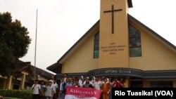 Dua puluhan siswa-siswi peserta tur berfoto di GKP Kampung Sawah, Selasa (30/4) siang. Mereka mengunjungi 5 rumah ibadah dan mengenal ajaran agama yang berbeda. (Foto: VOA/Rio Tuasikal)