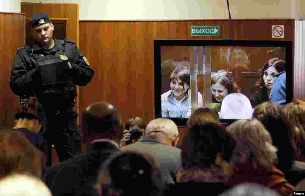 Petugas pengadilan mengawasi ruangan tempat orang-orang melihat siaran langsung sidang terhadap para anggota band punk tersebut di Moscow (10/10).