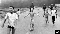 La célèbre photo de la fillette brûlée au napalm en 1972 au Vietnam. (AP / Nick Ut)
