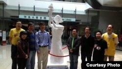 周锋锁(左4)与李卓人(左3)等人在六四纪念馆前合影