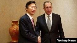 윤병세 한국 외교부 장관(왼쪽)과 세르게이 라브로프 러시아 외무장관이 28일 중국 베이징에서 개최된 '제5차 아시아 교류 및 신뢰구축회의(CICA)' 외교장관 회의에서 만나 양자회담을 가졌다.
