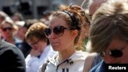 Una mujer llora frente al sitio en donde ocurrieron las explosiones en Boston, durante un minuto de silencio en memoria de las víctimas.