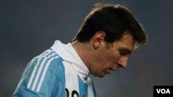 Messi pidió tranquilidad a la afición y dijo que aún quedan dos partidos que deben ganar para poder avanzar a la siguiente ronda.