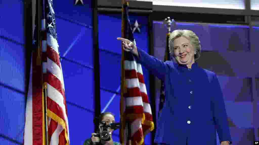 Hillary Clinton fait sa première apparition à la conventiondémocrate, rejoignant le président Barack Obama sur le podium, à Philadelphie, 27 juillet 2016. (AP Photo/Carolyn Kaster)