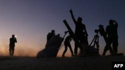 Pemberontak dari Lasykar Pembebasan Suriah ketika melakukan serangan terhadap kota Dabiq, Sabtu (15/10).