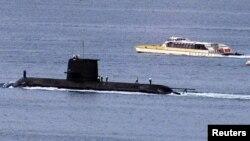 """在悉尼港停泊的澳洲皇家海军的柯林斯级""""沃勒号""""(HMAS Waller)潜艇"""