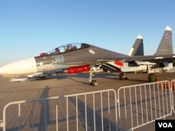 今年莫斯科航展上展出的蘇-30SM戰機。蘇-30SM是印度蘇-30MKI的俄國版。俄羅斯利用印度資金和蘇-30MKI開發出來的相關技術,在蘇-30MKI基礎上為俄軍打造出了自己使用的蘇-30SM。(美國之音白樺拍攝)