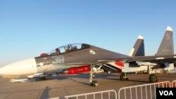 今年莫斯科航展上展出的苏-30SM战机。苏-30SM是印度苏-30MKI的俄国版。俄罗斯利用印度资金和苏-30MKI开发出来的相关技术,在苏-30MKI基础上为俄军打造出了自己使用的苏-30SM。(美国之音白桦拍摄)