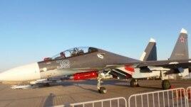 今年莫斯科航展上展出的蘇-30SM戰機。 蘇-30SM是印度蘇-30MKI的俄國版。 俄羅斯利用印度資金和蘇-30MKI開發出來的相關技術,在蘇-30MKI基礎上為俄軍打造出了自己使用的蘇-30SM。 (美國之音白樺拍攝)