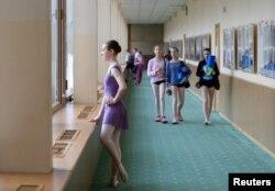 Rachel Armstrong gleda kroz Baletske akademije Boljšoj teatra u Moskvi.
