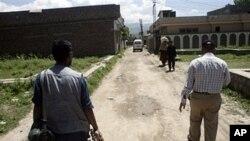 អ្នកកាសែតប៉ាគីស្តានដើរជុំវិញបរិវេណផ្ទះអ្នកជិតខាងនៃកន្លែងលាក់ខ្លួនរបស់ អូសាម៉ា ប៊ីនឡាដិន ក្នុងទីក្រុង Abbottabad, នៅថ្ងៃទី៧ខែឧសភា ឆ្នាំ២០១១។