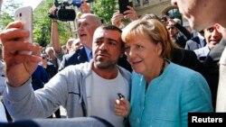 Almanya Başbakanı Angela Merkel'le selfie çektiren mülteci