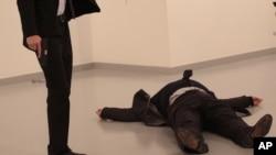 卡爾洛夫遭射殺後倒在地上