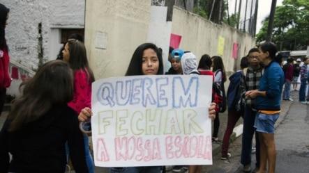 Estudantes de São Paulo protestam na capital contra fechamento de escola