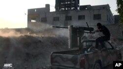 지난 9일 시리아 알레포시의 반군단체가 정부군을 향해 포를 쏘고 있다.
