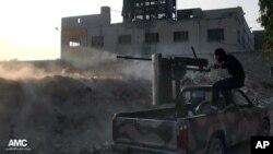 敘利亞反政府武裝向效忠於總統阿薩德的政府軍開火