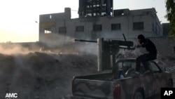 11月9日,敘利亞反對派士兵在向敘利亞政府 軍射擊
