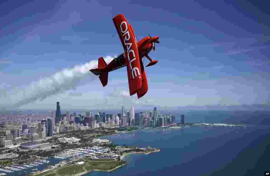 អ្នកបើកយន្តហោះអាក្រូបាតលោក Sean D. Tucker ធ្វើការហោះហើរនៅក្នុងយន្តហោះកៅអីពីរ Oracle Extra ពីលើជើងមេឃក្រុង Chicago រដ្ឋ Illinois សហរដ្ឋអាមេរិក។