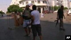 تعدادی از قیام کنندگان پوسته های تلاشی را در مسیر جاده های طرابلس ایجاد کرده اند.
