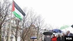 Izan la bandera de Palestina en una ceremonia que contó con la presencia de Mahmud Abás, presidente de la Autoridad Palestina y otros delegados internacionales.
