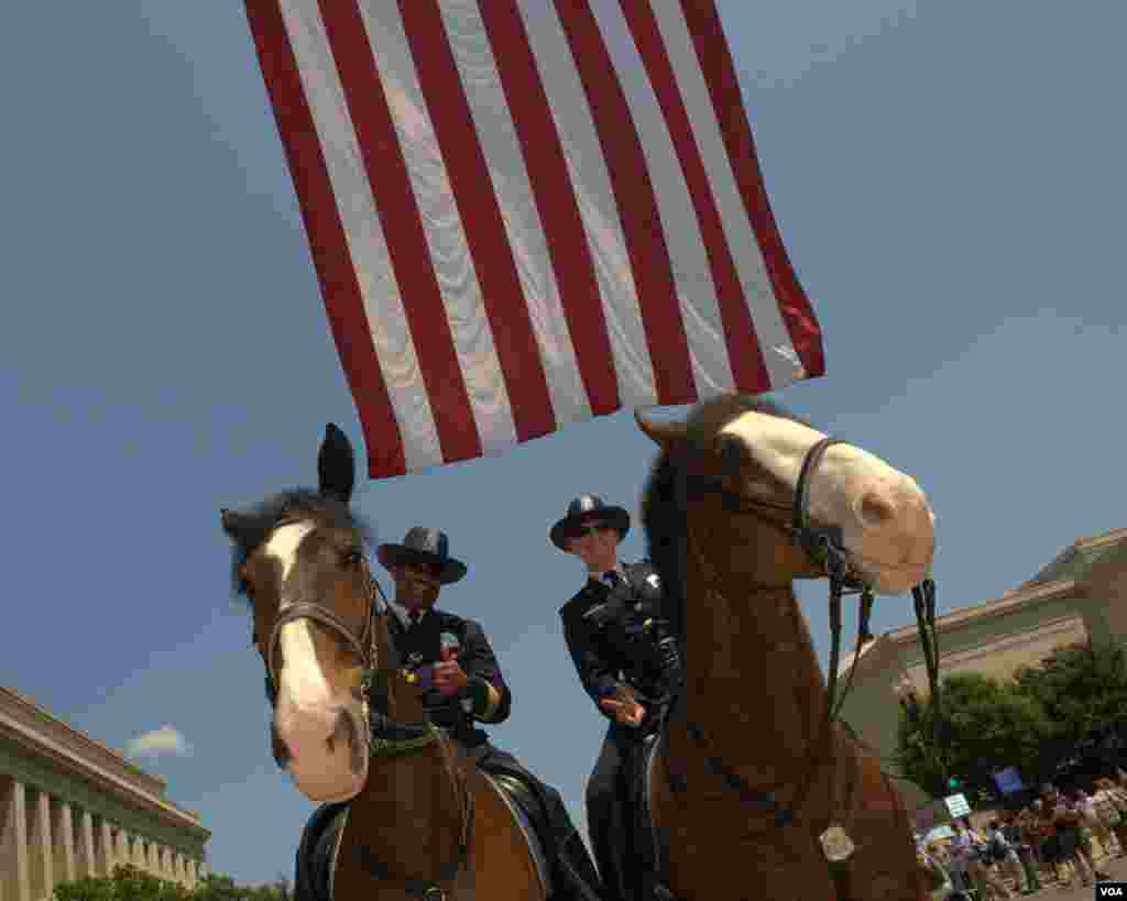 Полицейские - участники парада