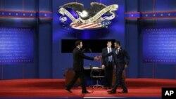 21일 플로리다주에서 열리는 민주당 바락 오바마 대통령과 공화당 미트 롬니 후보의 3차 TV 토론회 준비 현장.