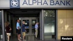 15일 그리스 아테네의 은행 자동인출기 앞에 시민들이 줄을 서 있다.
