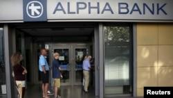 Orang-orang mengantri di ATM di luar cabang Alpha Bank di Athena, Yunani, 15 Juli 2015. Bank-bank Yunani akan tetap tutup sampai hari Kamis menurut kementerian keuangan sebelum pemilihan suara parlemen terkati rancangan reformasi.