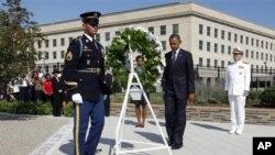Le président Barack Obama et la première dame américaine Michelle Obama déposent une couronne de fleur au Pentagone lors du 10e anniversaire des attentats du 11 septembre à Washington, 11 septembre 2011.