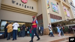 Seorang polisi Kenya menjaga pusat perbelanjaan Westgate Mall di Nairobi (foto: dok).