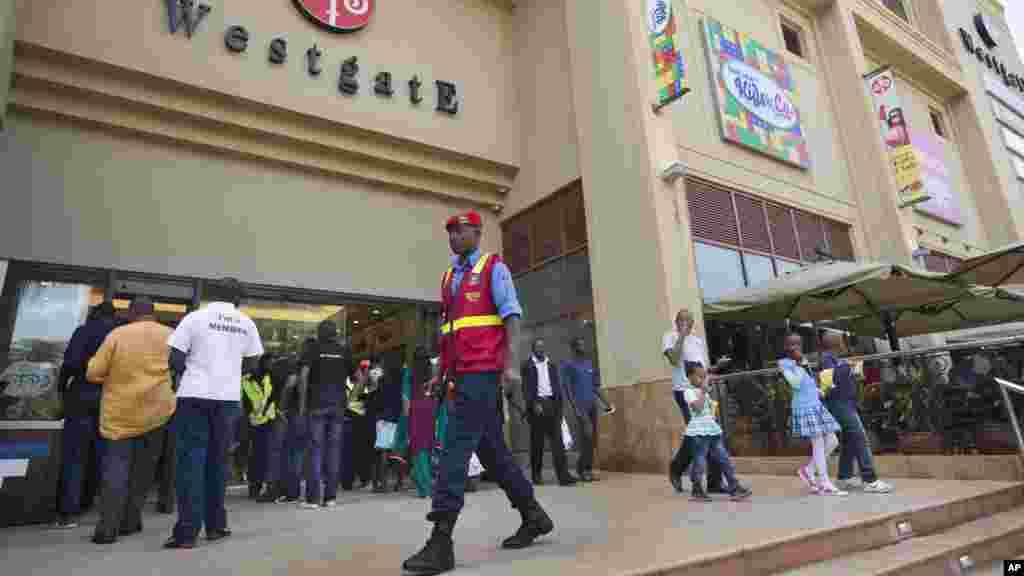 Un agent de la garde de Westgate monte la garde à l'extérieur de centre comercial, le 18 juillet 2015.