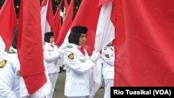Paskibra Kota Bandung berbaris membawa berdera Merah Putih, Bandung, Sabtu, 15 Februari 2020. (Foto: RIo Tuasikal/VOA)