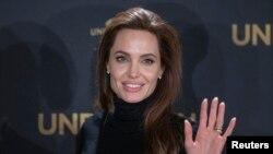 Angelina Jolie mempromosikan film yang ia sutradarai 'Unbroken' di Berlin, Jerman (27/11).