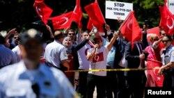 Manifestantes a favor y en contra del presidente turco Erdogan se enfrentaron en el parque Lafayette el pasado 16 de mayo.