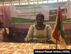 Ky Tchiombiano Colette, originaire du Burkina, a un stand au Sahel-Niger 2017 à Niamey, Niger, le 4 mars 2017. (VOA/Abdoul-Razak Idrissa)